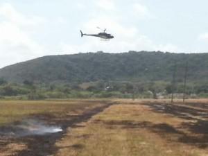 Helicóptero de la Autoridad de Energía Eléctrica sobrevuela el área del incendio (Suministrada Bomberos).