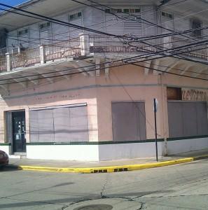 """Lo que fue Pearle Vision Center, en la calle McKinley (ahora De La Candelaria), esquina con la calle Pablo Casals. Las vitrinas """"tapiadas"""" con paneles."""
