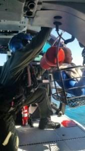 Momento en que efectivos del Coast Guard rescatan a Michael Vázquez Pérez (Suministrada US Coast Guard).