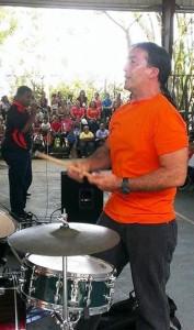 El profesor Billy Bracero dirigiendo la banda estudiantil (Foto Facebook).