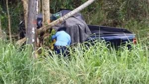 Un agente de Patrullas de Carreteras de Mayaguez investiga la escena del accidente (Foto West Coast Fire & Rescue).