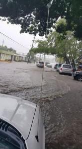 Inundaciones en la carretera PR-102, frente a la urbanización Guanajibo Homes (Foto Luis Velez).