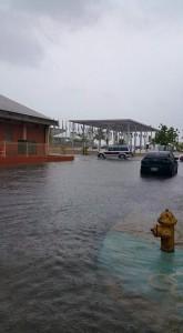 Inundadas las calles que dan acceso a la Plaza de las Banderas en el Litoral (Foto Luis Velez).