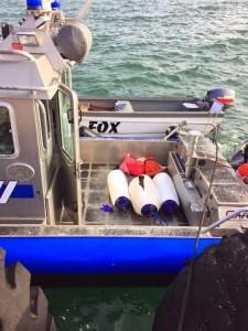 Al fondo, la yola confiscada y dentro de la lancha de la Policía, las defensas marinas que contenían la droga (Suministrada Policía).