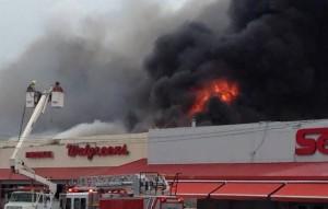 Momento en que el fuego consumía parte del centro comercial Cuatro Calles de Yauco (Redes sociales).