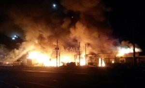 El incendio en todo su apogeo, antes de que los bomberos comenzaran a extinguirlo (Foto LA CALLE Digital).