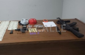 Material confiscado en el residencial El Recreo de San Germán (Sumnistada Policía).