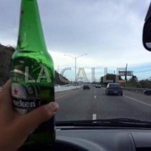 Otra foto en la que se ve que conduce por el medio de la carretera con una cerveza en la mano (Fotocaptura Facebook).