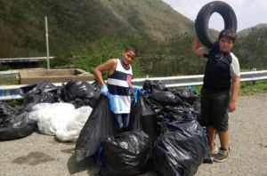 Estos niños muestran parte de la basura recogida el 4 de julio en los alrededores del Monumento al Jíbaro (Suministrada).