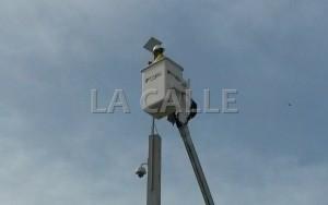 """Instalación de la cámara """"Mayagüez 16"""" frente al Mayagüez Mall (Foto LA CALLE Digital)"""