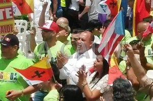 Momento en el que el alcalde de Aguada, Jessie Cortés, llega a Sabana Grande el 25 de julio (Foto LA CALLE Digital).