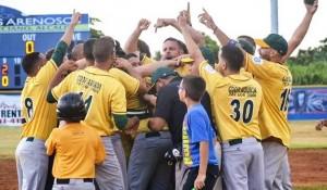 """Momento de celebración del equipo Fundadores de Añasco en el Béisbol Doble A, tras """"barrerle"""" la serie a los Arenosos de Camuy (Suministrada)."""