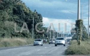 Condición de la carretera PR-64 cerca de la escuela Esteban Rosado Baez. Nótese a los estudiantes caminando sobre la vía de rodaje (Suministrada).