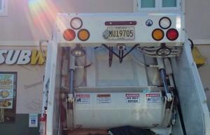 """La tablilla visible del camión de desperdicios sólidos del Municipio de Aguadilla. Haga """"click"""" sobre la imagen para ampliarla (Foto Facebook-Gerald Quintero)."""