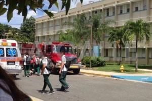 Vehículos de emergencia frente al edificio de la Escuela Vocacional Pedro Perea Fajardo de Mayagüez (Suministrada).