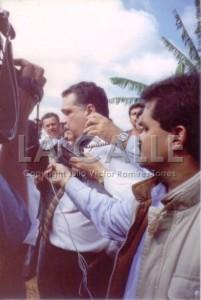 El fenecido exsuperintendente de la Policía, Pedro Toledo Davila, habla con la prensa. En primer plano, el también fenecido periodista Raynée Hance (Foto y copyright Julio Víctor Ramírez Torres).