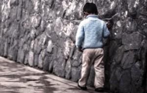 nino caminando solo
