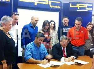 El secretario de Recreación y Deportes, Ramón Orta, y el rector Nelson Vera Hernández firman el acuerdo de colaboración (Suministrada UPR-Aguadilla).