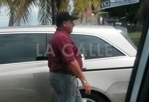 """Este caballero es visto con frecuencia pidiendo dinero en las intersecciones más transitadas de la carretera PR-2 en Mayagüez y otros sectores del Oeste. Haga """"click"""" sobre la imagen para ampliarla (Suministrada)."""