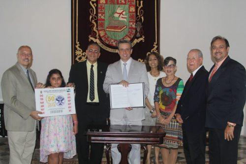 El gobernador Alejandro García Padilla junto representación de CROEM Alumni (Suministrada).