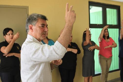 El alcalde de Isabela, Carlos O. Delgado Altieri, y empleados municipales adiestrados en lenguaje de señas (Suministrada).