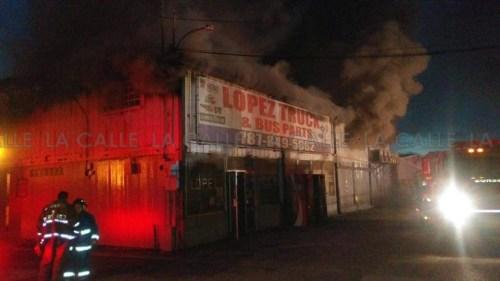 Bomberos seguían trabajando durante la noche (Foto cortesía de Vilmarie López).