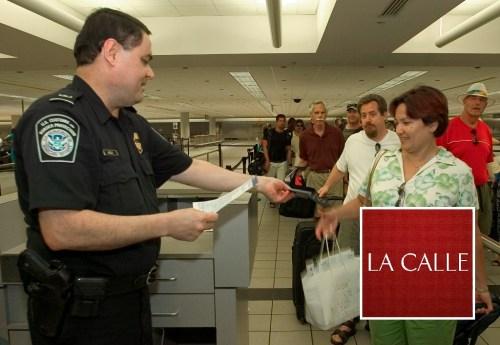 Un agente de Aduana en medio del proceso de revisión durante la llegada de pasajeros internacionales (Suministrada CBP)