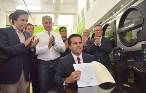 El gobernador Ricardo Rosselló tras firmar la ley de Reforma Laboral (Foto/La Fortaleza).