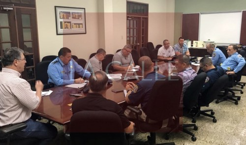 Reunión del alcalde de Cabo Rojo, Roberto Ramírez Kurtz, con componentes de seguridad municipales, estatales y federales, para coordinar el plan de seguridad de Semana Santa (Suministrada/Municipio Cabo Rojo).