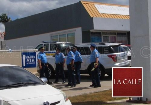 La alta oficialidad de la Policía en el área de Mayagüez llegó a la escena (Julio Víctor Ramírez, hijo/LA CALLE Digital).