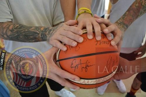 Balón autografiado por el equipo Santeros de Aguada obsequado a los confinados (Suministrada/DCR).