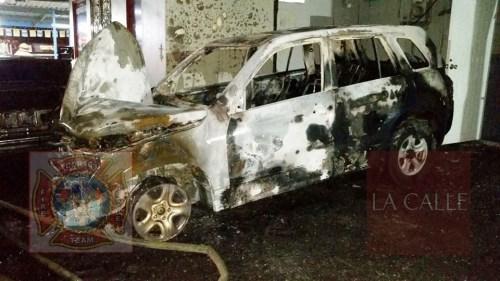 Uno de los vehículos consumido por las llamas (Foto/Rescate Cortés).