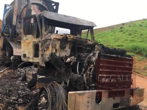 Uno de los camiones quemados de Conwaste en Fajardo (Suministrada).