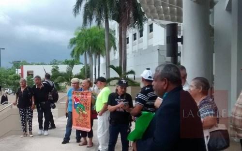 Un grupo de caborrojeños se manifestó en la entrada del Tribunal de Mayagüez (Suministrada/Jacqueline Beauchamp).