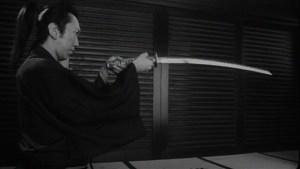 Samurai Fiction - Kazamatsuri betrachtet das Prunkschwert