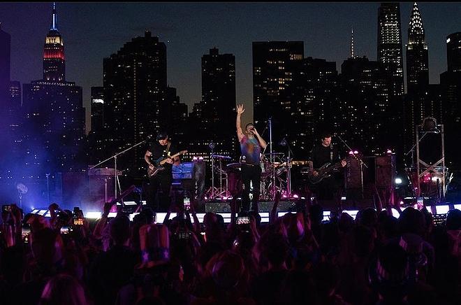Coldplay iluminó Nueva York con su música y fuegos artificiales ante más de 8 mil personas
