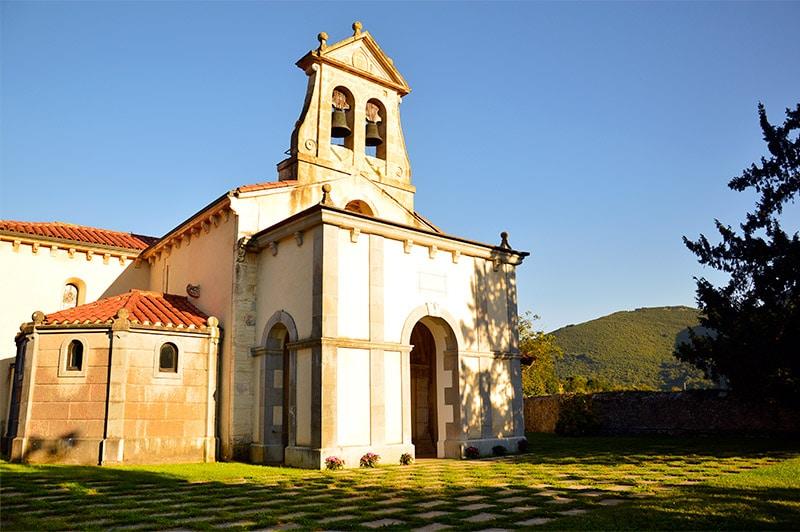 Qué hacer en Las Caldas de Oviedo - Iglesia de San Juan de Priorio - Las Cadas de Oviedo - La Casa Azul de Las Caldas ©