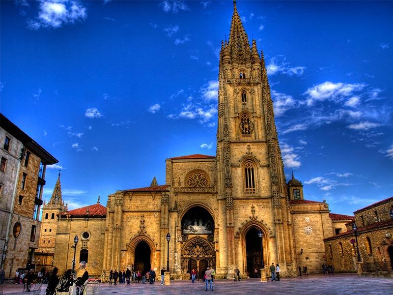 Qué ver en Asturias rural - La Catedral de Oviedo - La Casa Azul de Las Caldas