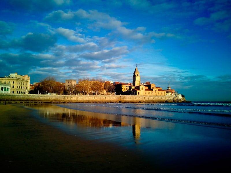 Que ver en Asturias rural - Playa de San Lorenzo en Gijón - La Casa Azul de Las Caldas