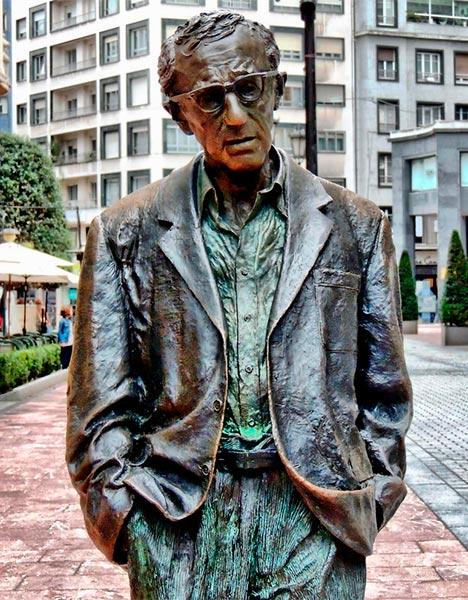 Que ver en Asturias rural - Woody Allen estatua en Oviedo - La Casa Azul de Las Caldas