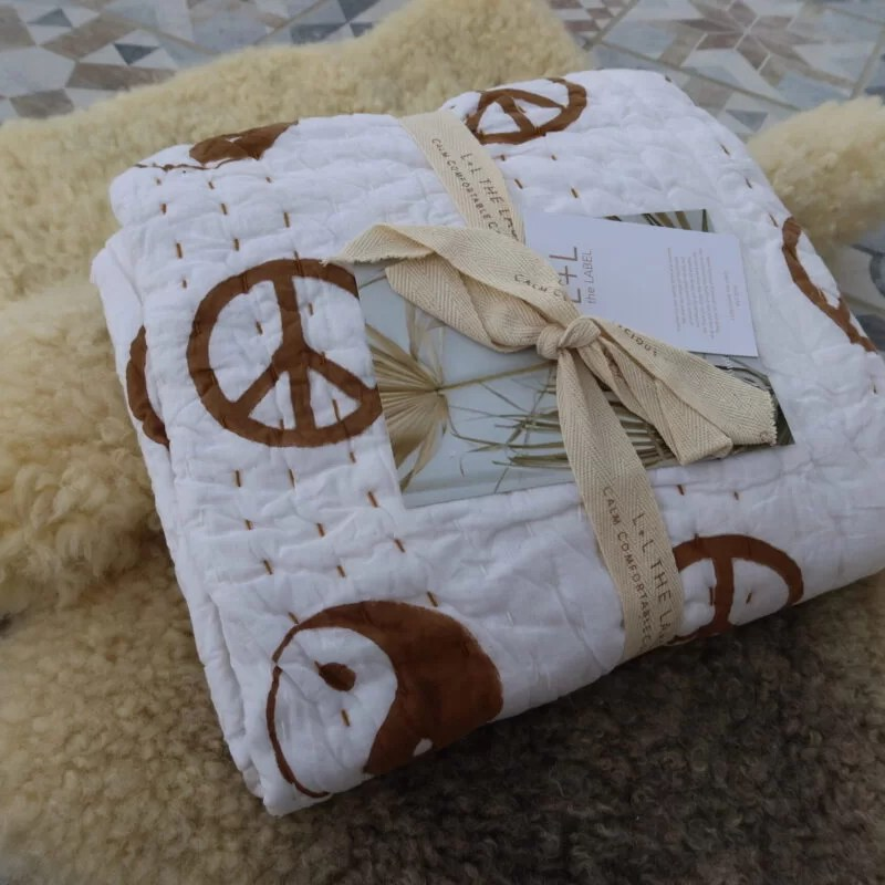 Couverture Peace Kantha Lion and Lamb the label