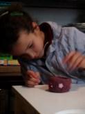 Jimena decora el vaso con flores brillantes