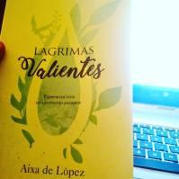 Libro Lágrimas Valientes por Aixa de López en manos