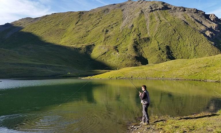 Lac de pêche de montagne suisse