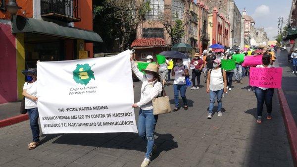 Protestan en Cuernavaca jubilados del Cobaem para exigir el pago de pensiones