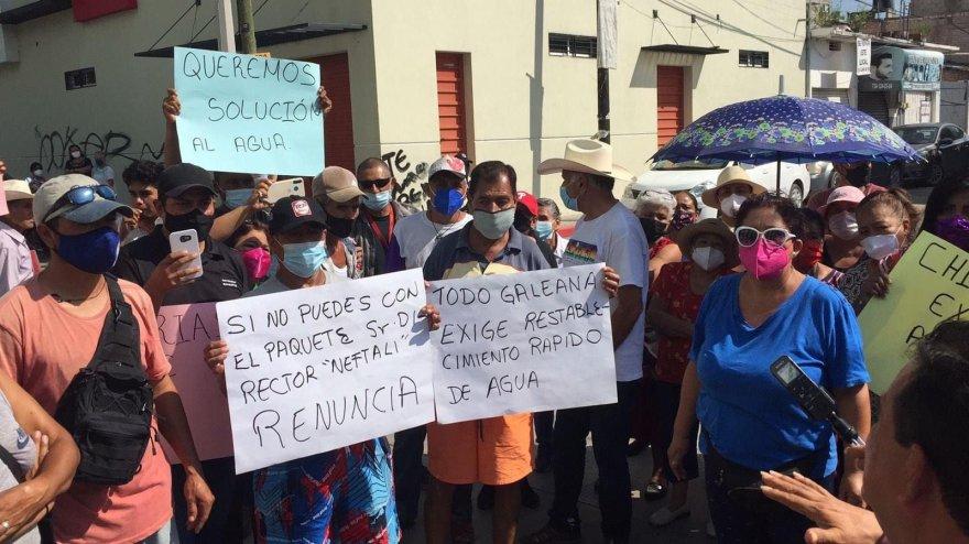 Vecinos de Zacatepec cierran el paso frente al Sistema de Conservación, Agua Potable y Saneamiento local porque llevan mas de 10 días sin el servicio