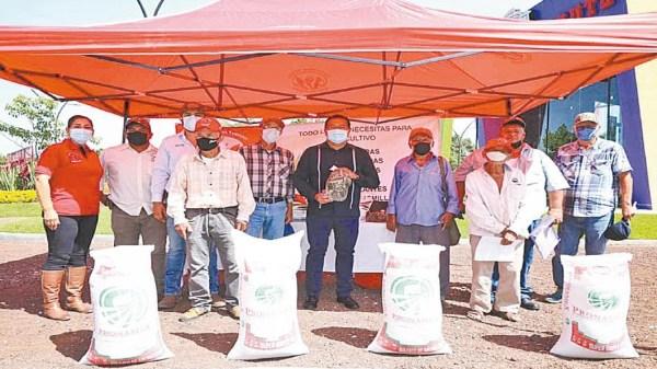 Entregan autoridades fertilizantes a 550 agricultores para aumentar la producción de cereales en Yautepec