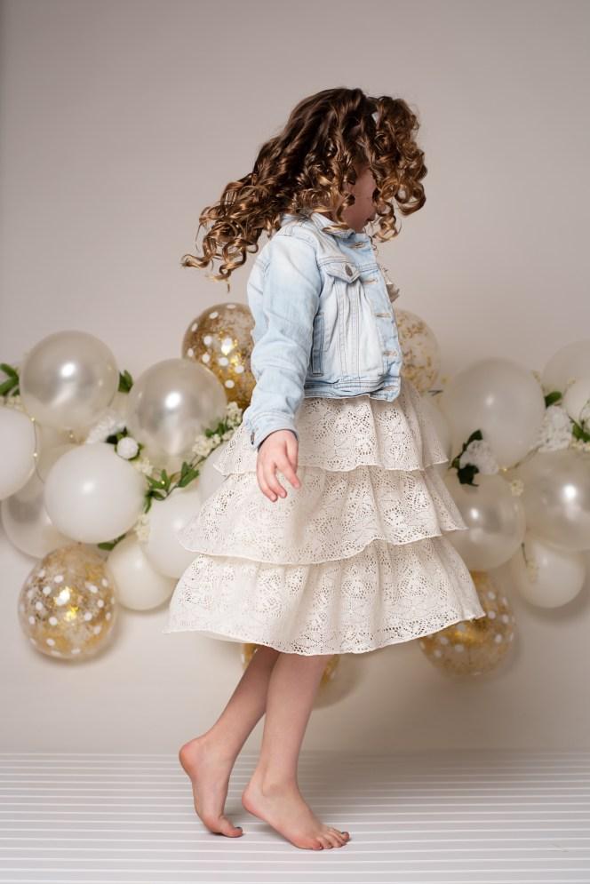 white balloon garland photo backdrop