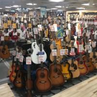 Visite d'un magasin de guitare à Osaka au Japon