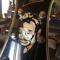 Hommage à Johnny Hallyday - Sa guitare jumbo noire par le luthier Franck Cheval